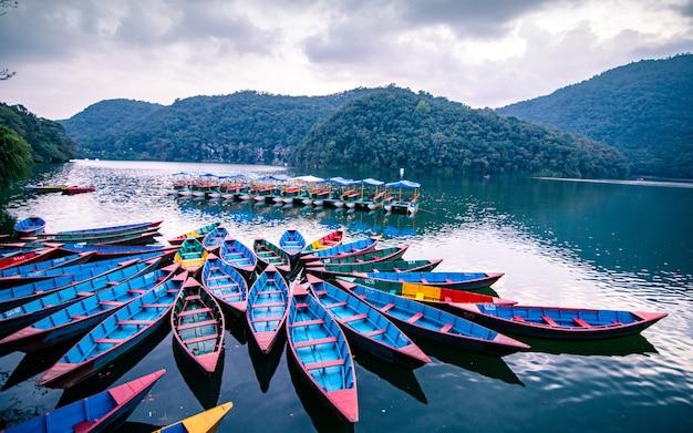 Piękny widok kolorowych łodzi na jeziorze fewa, pokhara, nepal