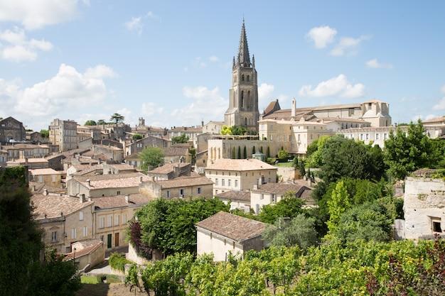 Piękny widok krajobrazowy miejscowości saint emilion w regionie bordeaux