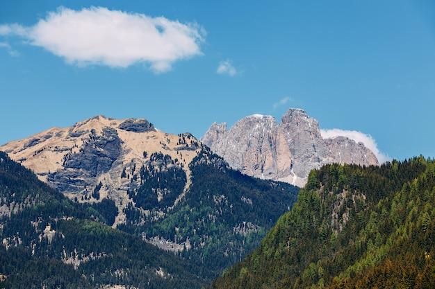 Piękny widok na alpejskie góry. północne włochy, krajobraz. dolomity