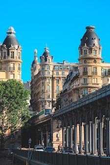 Piękny widok na architektoniczne budynki na pont de bir-hakeim z pociągiem metra.