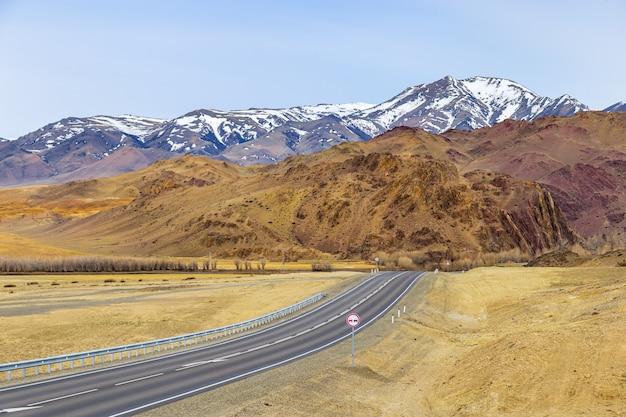 Piękny widok na autostradę chuya w chuya steppe pusta droga w republice ałtaju syberia rosja