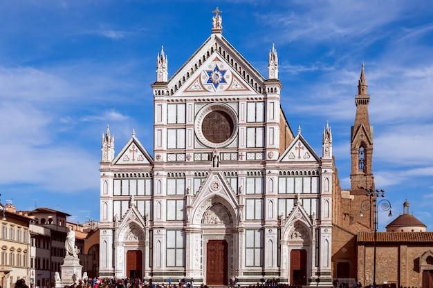 Piękny widok na bazylikę świętego krzyża (basilica di santa croce) we florencji, włochy