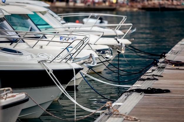Piękny widok na białe jachty zacumowane przy nabrzeżu