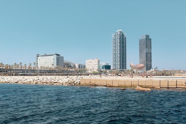 Piękny widok na błękitne morze i plażę w barcelonie, hiszpania