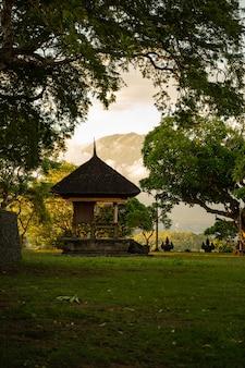 Piękny widok na budownictwo architektoniczne z zielonymi drzewami w parku narodowym zdjęcie stockowe