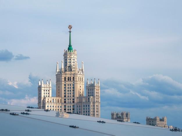 Piękny widok na budynek imperium stalinowskiego w moskwie na tle błękitnego nieba