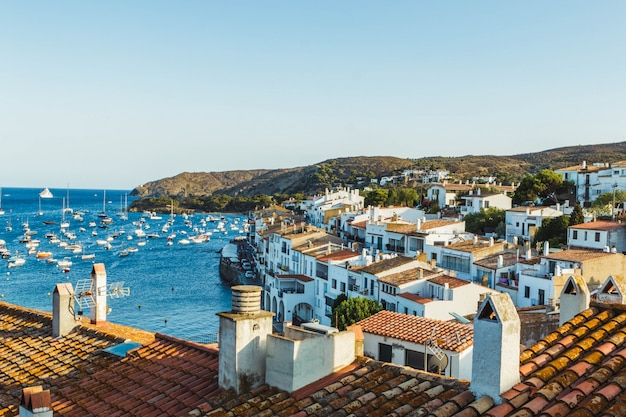 Piękny widok na cadaques w lecie. mała katalońska wioska w cap de creus (katalonia, hiszpania)