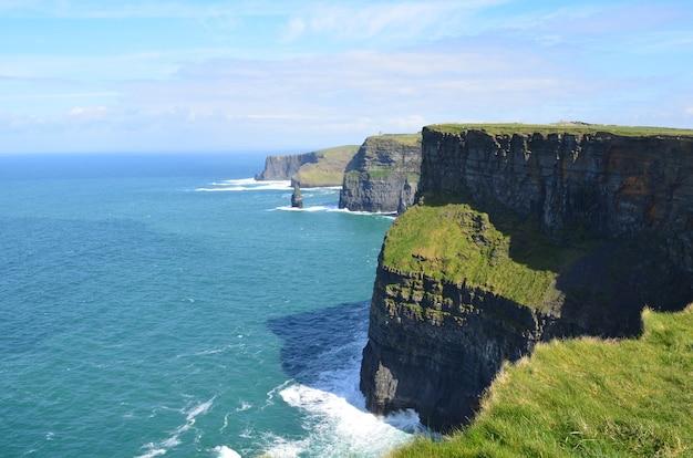 Piękny widok na cliffs of moher i zatokę galway w irlandii?