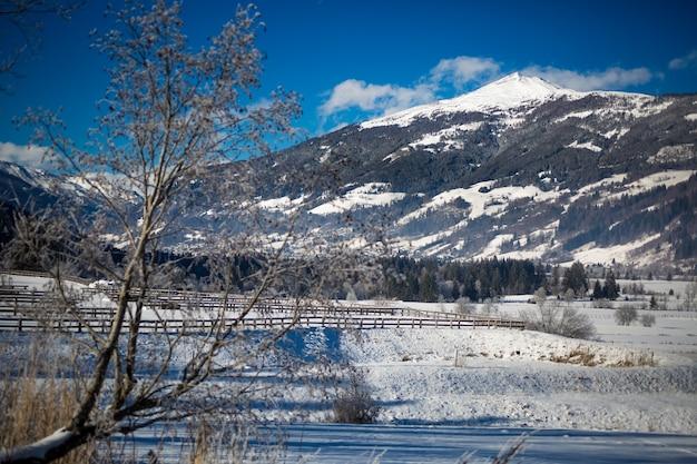 Piękny widok na dolinę w wysokich austriackich górach pokrytych śniegiem