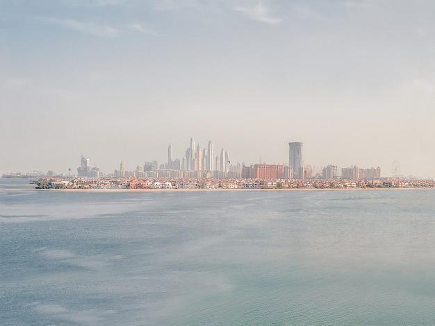 Piękny widok na dubaj. widok na miasto z zatoki arabskiej.