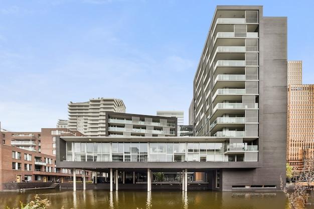 Piękny widok na duży i luksusowy budynek mieszkalny