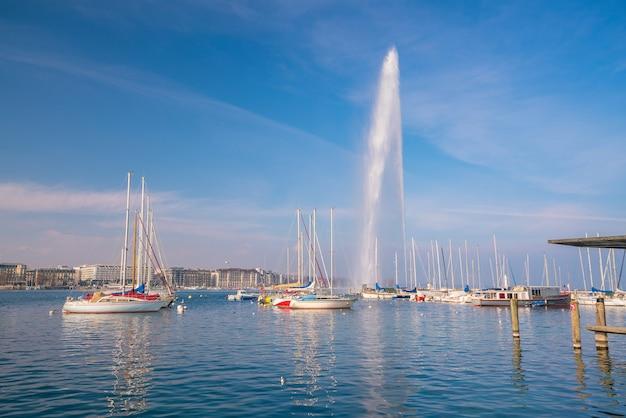 Piękny widok na fontannę wody w jeziorze genewskim, szwajcaria