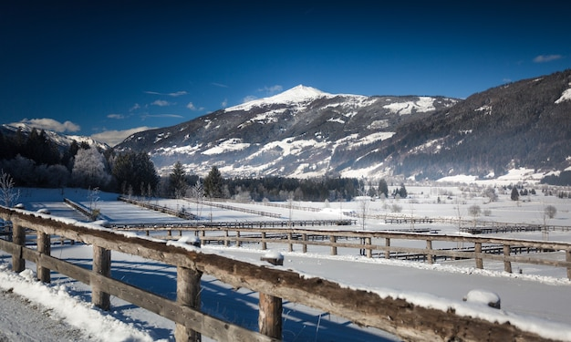 Piękny widok na góralską farmę pokrytą śniegiem w austriackich alpach