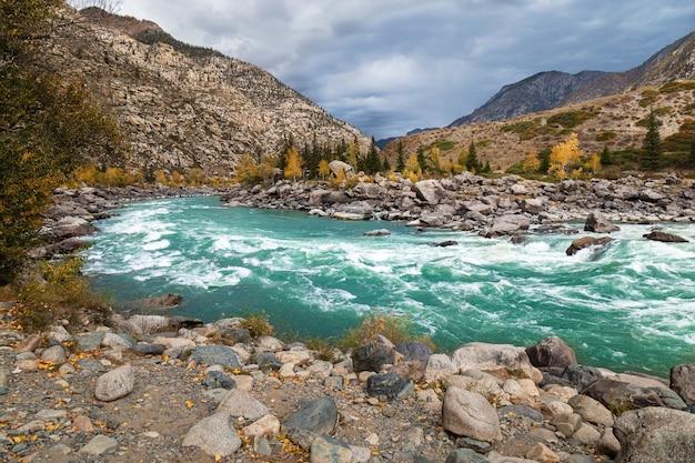 Piękny widok na górską rzekę katun próg ilgumen republika ałtaju rosja