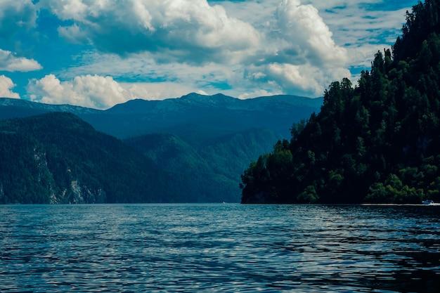 Piękny widok na górskie jezioro i góry latem