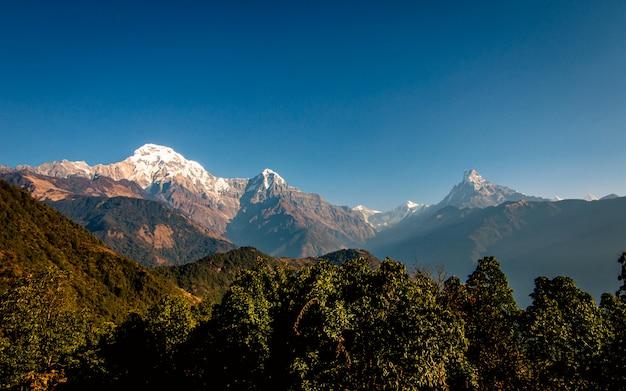 Piękny widok na góry annapurna south range z ghandruk, nepal.
