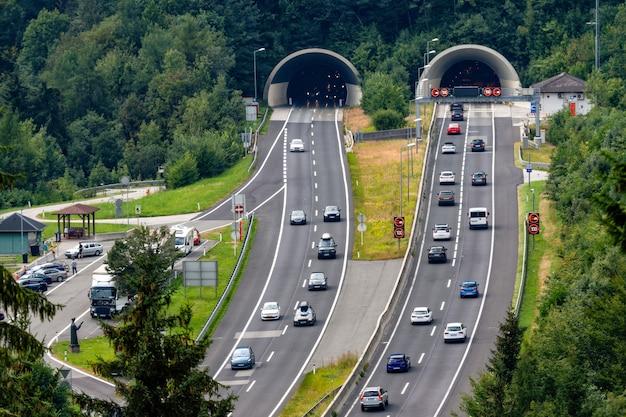 Piękny widok na góry i wejście do tunelu autobahn w pobliżu miejscowości werfen, austria