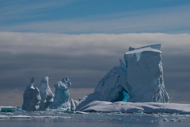 Piękny widok na góry lodowe na antarktydzie