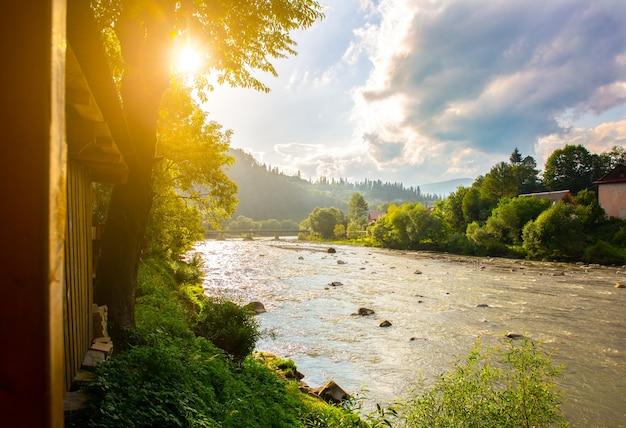 Piękny widok na góry. szybka rzeka i czyste niebo. niesamowity krajobraz. koncepcja podróży. trendy wędrówki.