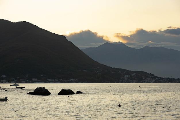 Piękny widok na góry w zatoce kotorskiej wczesnym rankiem jesienią