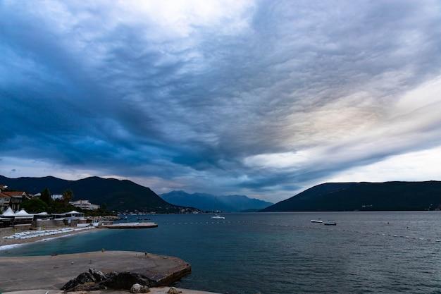 Piękny widok na góry w zatoce kotorskiej wczesnym rankiem
