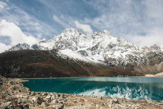 Piękny widok na góry z odbicia w jeziorze gokyo, himalaje, nepal.