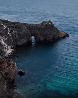 Piękny widok na grotę nad morzem?