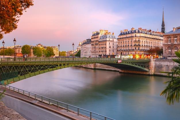Piękny widok na ile de la cite i pont d'arcole o zachodzie słońca w paryżu, francja