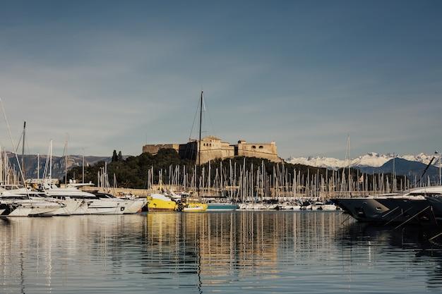 Piękny widok na jachty w port vauban i fort carre z czystym błękitnym niebem. fort carr d'antibes,
