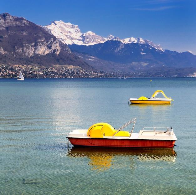 Piękny widok na jezioro annecy we francuskich alpach z łodzi