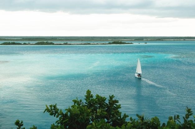 Piękny widok na jezioro bacalar na jukatanie w meksyku.