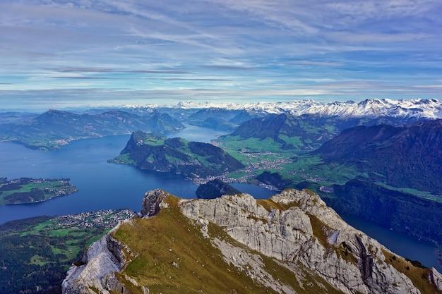 Piękny widok na jezioro lucerne (vierwaldstattersee), górę rigi i alpy szwajcarskie z góry pilatus w szwajcarii.