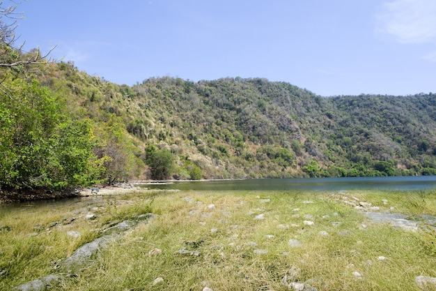 Piękny widok na jezioro z górami