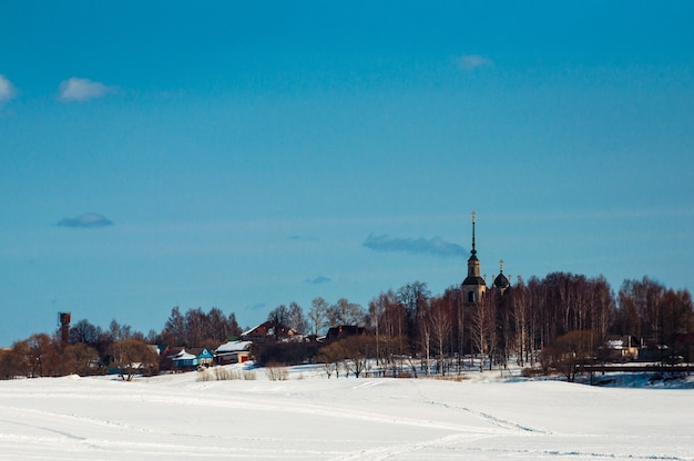 Piękny widok na kalyazin w śnieżną zimę.