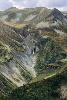 Piękny widok na kaukaz wzdłuż gruzińskiej drogi wojennej