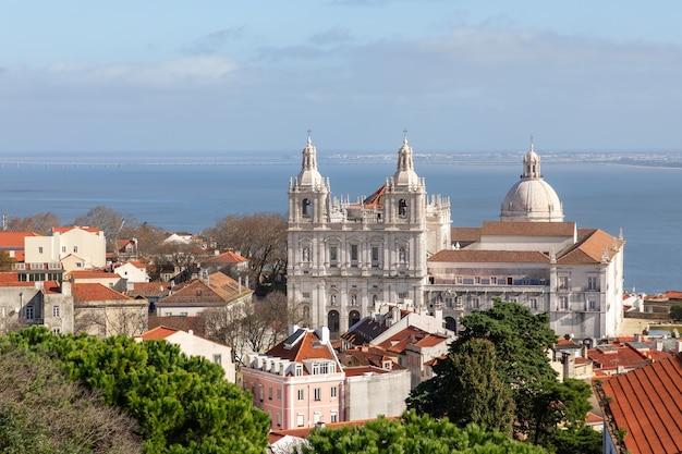 Piękny widok na klasztor św. wincentego za murami (igreja de sãƒâ £ o vicente de fora) lizbona, portugalia