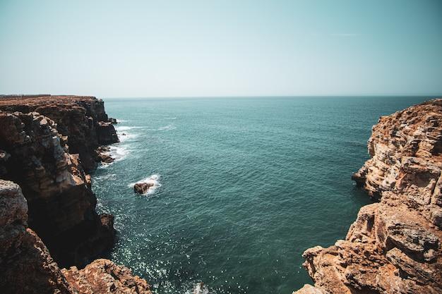 Piękny widok na klify i morze pod błękitnym niebem