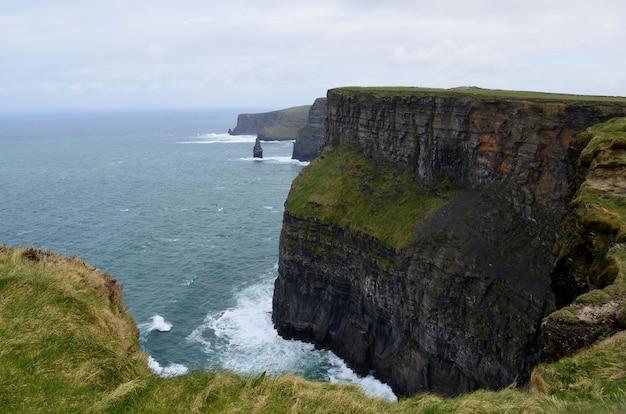 Piękny widok na klify moher z warstwami skał