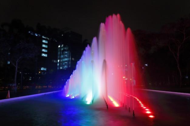 Piękny widok na kolorową fontannę wewnątrz magicznego obwodu wodnego w limie.