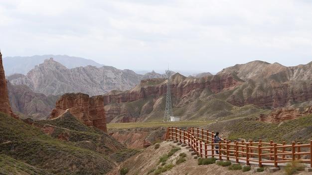Piękny widok na krajobraz binggou danxia scenic area w prowincji sunan zhangye gansu w chinach.
