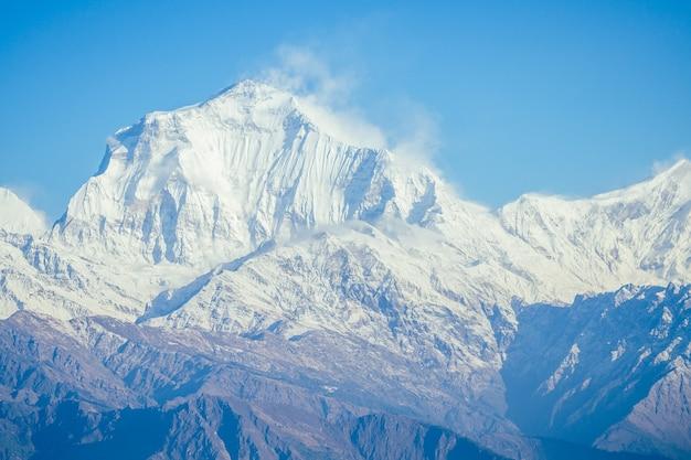 Piękny widok na krajobraz himalajów. ośnieżone szczyty górskie. koncepcja trekkingu w górach