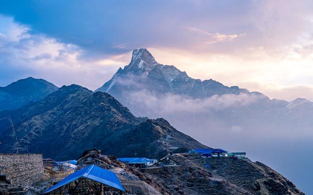Piękny widok na krajobraz mount fishtail, nepal.