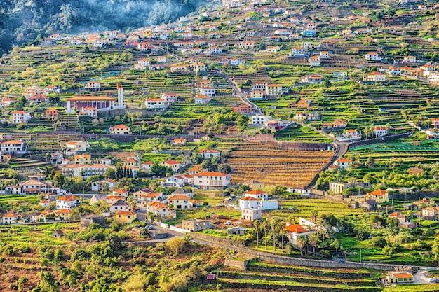 Piękny widok na krajobraz mountain village, madera, portugalia.