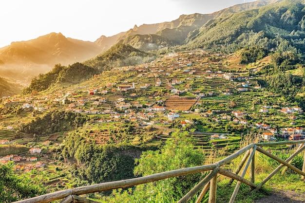Piękny widok na krajobraz mountain village, madera, portugalia