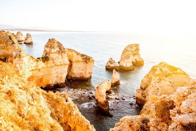 Piękny widok na krajobraz na skaliste wybrzeże ponta da piedade w pobliżu miasta lagos na południu portugalii