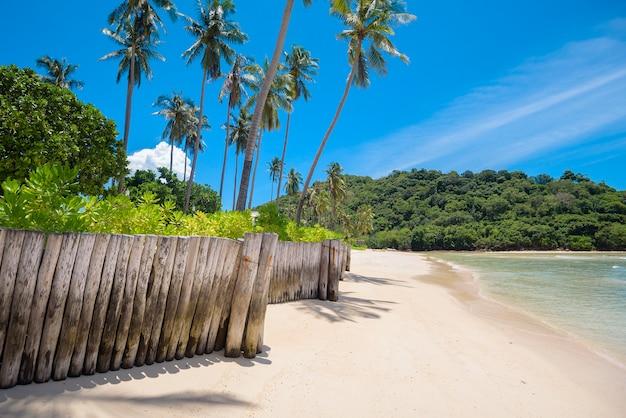 Piękny widok na krajobraz tropikalnej plaży, szmaragdowego morza i białego piasku na tle błękitnego nieba, zatoki maya na wyspie phi phi, tajlandia