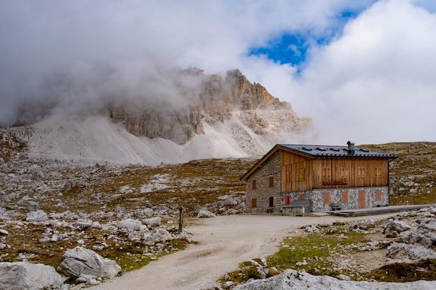 Piękny widok na krajobraz w rifugio auronzo dolomite włochy.