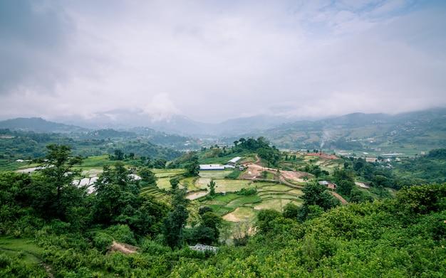 Piękny widok na krajobraz zieleni lalitpur, nepalu.