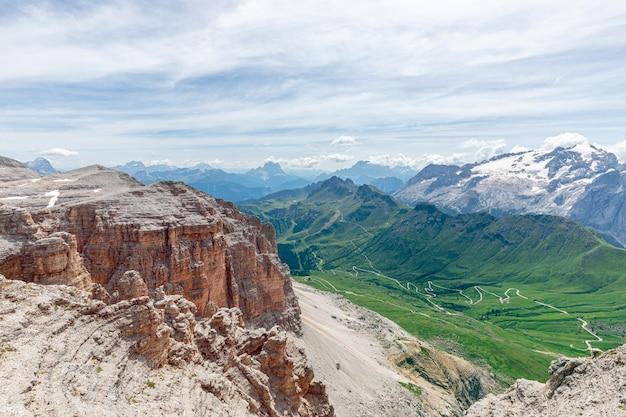 Piękny widok na lodowiec marmolada i dolinę pordoi pass ze szczytu piz boe.
