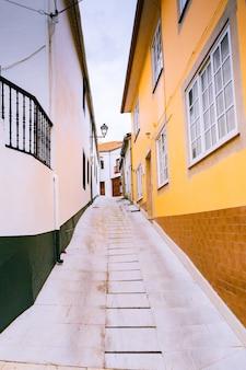 Piękny widok na malowniczą wąską uliczkę z zabytkowymi tradycyjnymi domami na starym mieście w hiszpanii